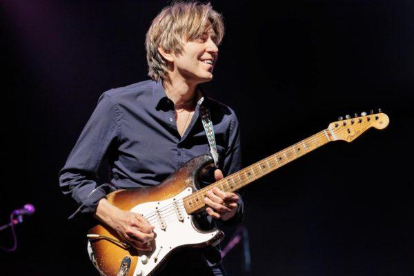 Những nghệ sĩ nổi tiếng sử dụng guitar Fender Statocaster huyền thoại