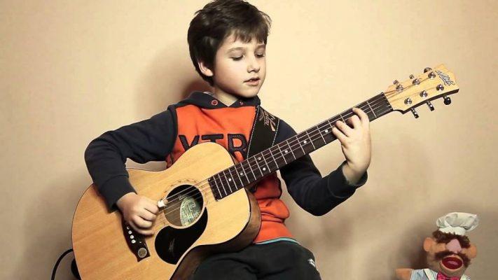 bé học đàn guitar khi còn nhỏ
