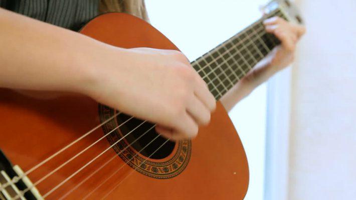 Nên mua đàn guitar loại nào cho người mới học chơi? 1